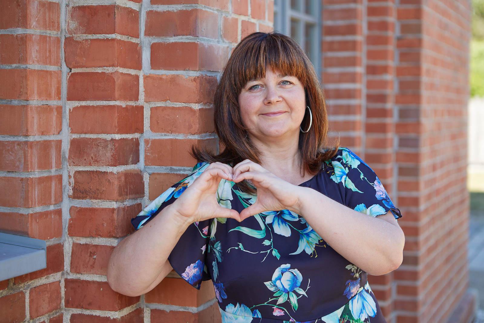 Fördermitglied faltet Hände zu einem Herz